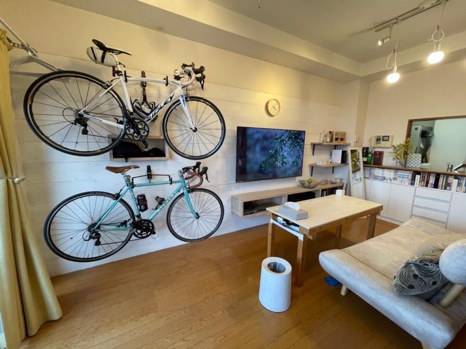 テレビと自転車を壁面収納ですっきり!